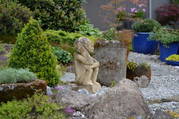 Skulpturene er fra Bali, som en avdød venn av Inger Lise har importert.