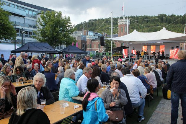 Mye folk på torgkonsert lørdag ettermiddag