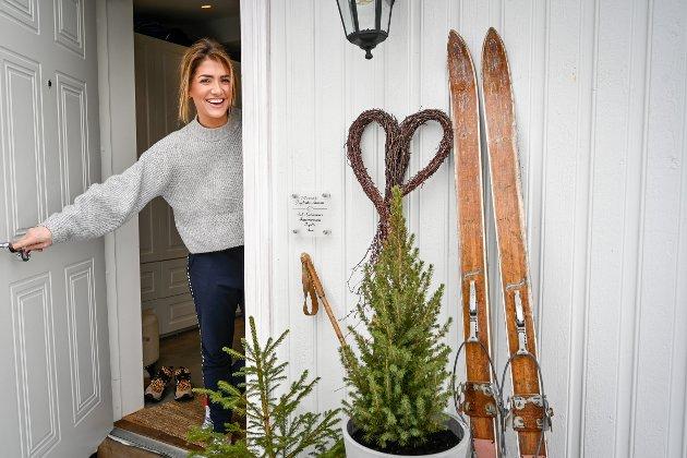 Iselin Guttormsen ønsker Drammens Tidende velkommen inn til boligen deres i Åros.