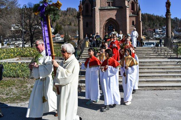 Prosesjon palmesøndag til minne om Jesu' inntog i Jersualem. Fra Bragernes kirke til St. Laurentius katolske kirke.