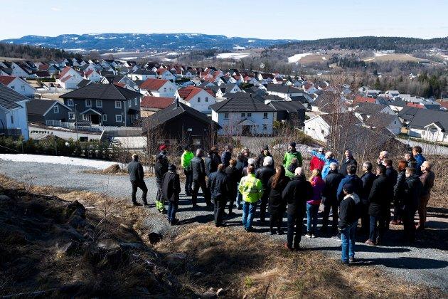 Formannskapet i Drammen er på befaring på Lindum, Kniveåsen og området rundt. Beboere er skeptiske til den foreslåtte utfyllingen som Lindum ønsker.