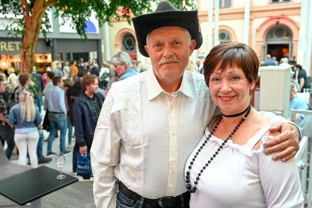 Per Kårtvedt (60) og Gyda Thoen (63) var mer enn klar for konsert med countrylegenden. - Jeg startet dagen med å se på gamle sanger på Youtube, sier Per.