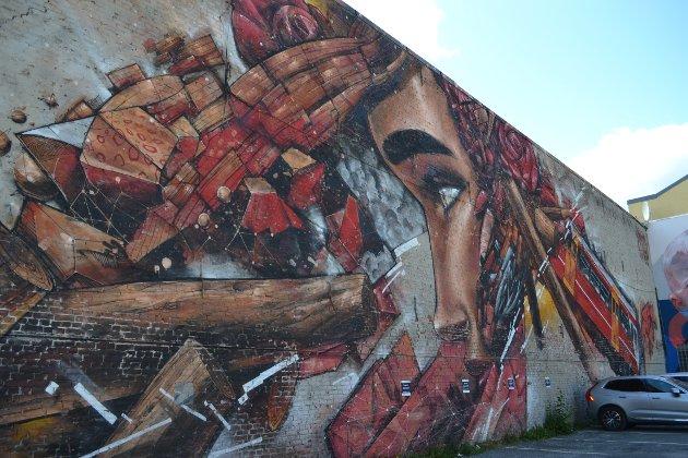 PARKERINGSPLASS: I Øvre Torggate er det dekorert to store vegger med graffiti.
