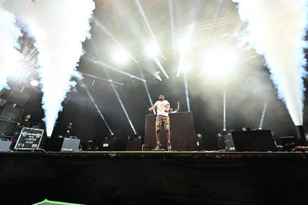 FESTSTEMT: Tinie Tempah lagde litt av et show for det feststemte, dansende, unge publikumet på Elvefestivalens avslutningskonsert.