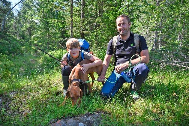 HUNDEN BLE MED: Henrik Meyer (9) og pappa Roland Meyer (40) fra Vestfossen har med seg hunden Nila (seks mnd) på meteorittjakt.