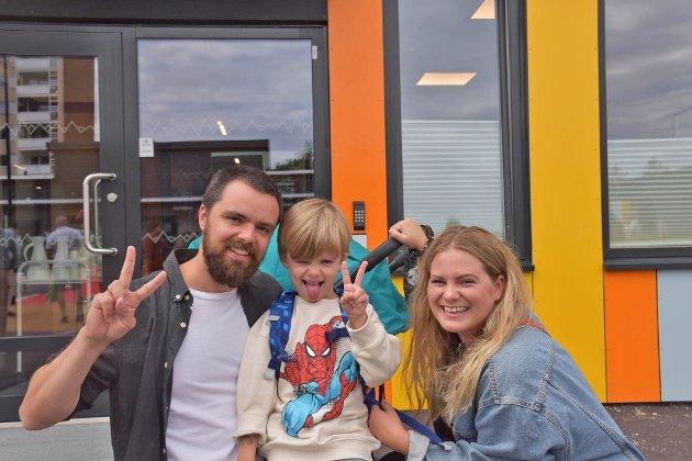PÅ FJELL SKOLE: Anders Wiik, Fillip Wiik og Caroline Wiik begynner i første klasse på Fjell skole.
