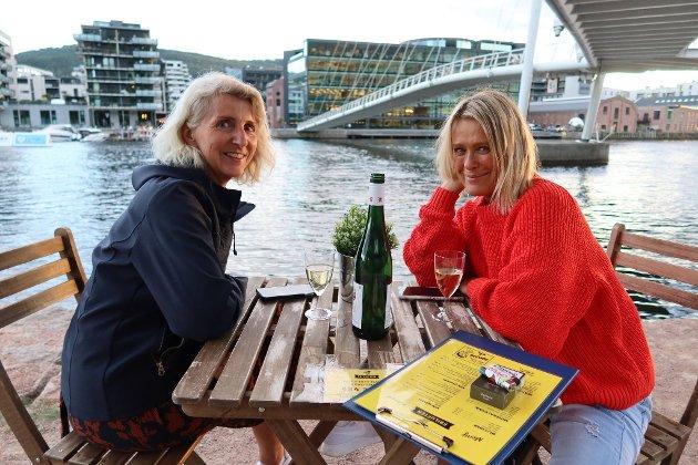Heidi og Anne koste seg ved Elvebredden på Friluften.
