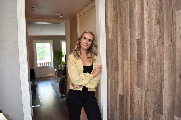 Vi fikk bli med inn til Viktorija (20) på Ormåsen. I gangen har de lagt parkett på veggen.