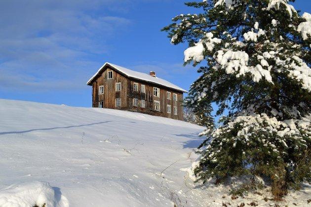 I VINTERSKRUD. Bygningen «alle» har sett, det gamle våningshuset på Bergshaugen, pryder fronten i den nye Øvre Eiker-boka. Slik tar den seg ut i vinterdrakt.  FOTO: JAN RASMUSSEN