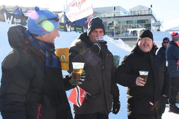 Tre godt voksne karer fra Grimstad tok seg sin første øl noensinne i Vikersundbakken i marssola, og gispet da de så at hopperne fikk oppdrift, og dro seg nedover i verdens største hoppbakke. – Helt rått, var meldingen fra sørlendingene.