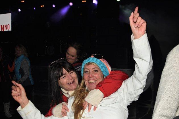 Det var så mye folk som ville på afterski i skiflygingshallen lørdag at Kjell Roger Larsen og hans medhjelpere økte det planlagte tallet sitteplasseer fra 1.600 til 1.700. Stinn brakke og stemningen sto i taket. Dansen gikk også livlig, og folk koste seg skikkelig.