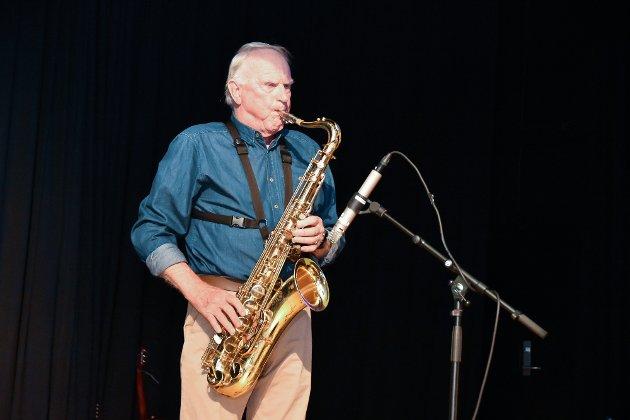 Folkefest i regi av For Nedre Eiker på Folkets Hus i Krokstadelva. Finn Krogh med sin tenorsaksofon.