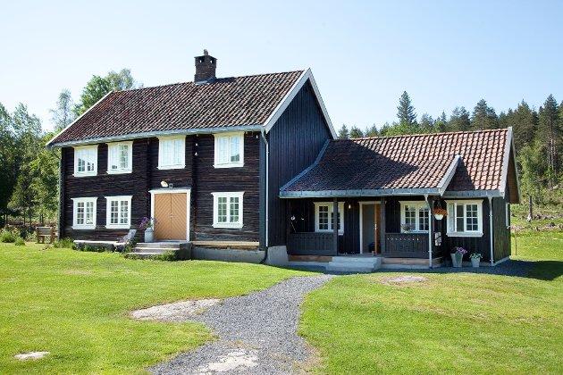 Mona Berge kjøpte gård med familien på Krekling - fra 1700-tallet – og måtte i starten bo uten innlagt vann, dusj og toalett.