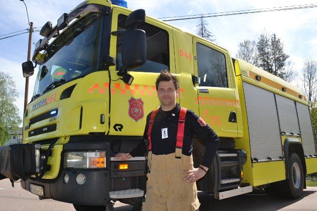 PASSET PÅ. Ola Nordli Johansen fra Øvre Eiker brannvesen var innkalt på ekstravakt for å sperre trafikken på fylkesveien gjennom Darbu.