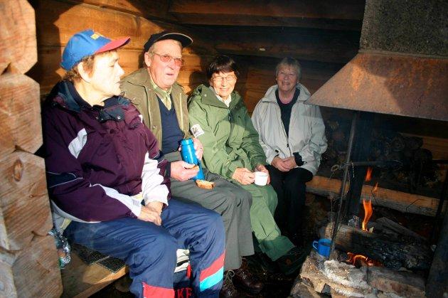 Gågruppen til Enebakk Helselag på tur til gapahuken ved Vikstjern i 2005.