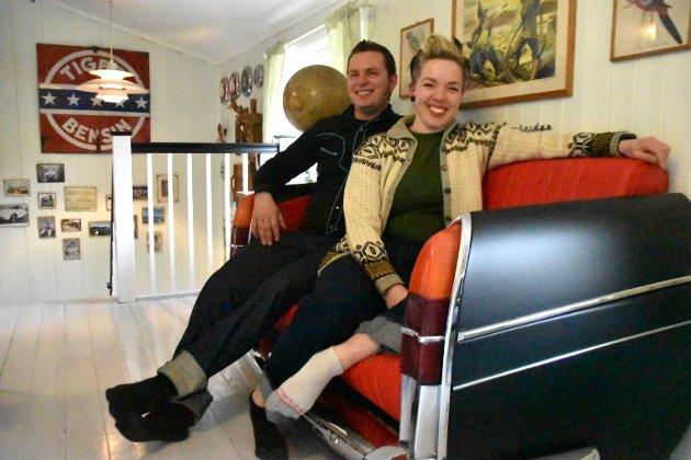 Biler som blir til sofaer er noe av det paret er mest fornøyd med i hjemmet, sammen med de gamle lampene. Tre slike bakdeler har de, to med sofaer, og denne er Astrids svenneprøve.
