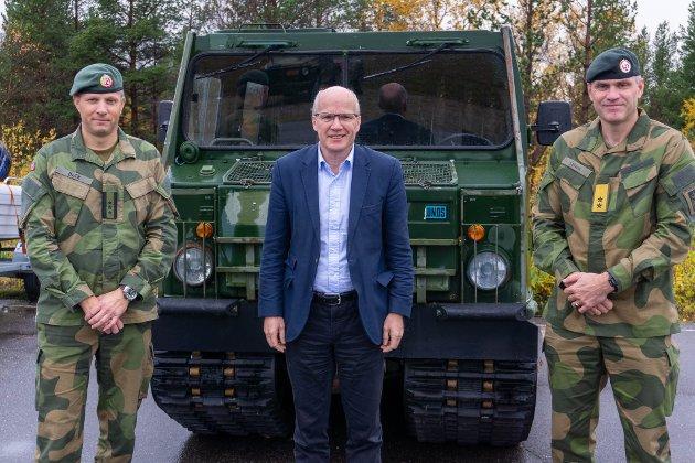 Hårek Elvenes, forsvarspolitisk talsmann i Høyre, her sammen med Sjef FLF, Oberst Thomas Beck og  Hærsjef, Generalmajor Lars Lervik . Foto: Arnfinn Sjøenden