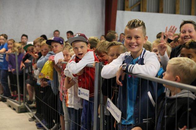 Eikefjorddagane 2015. 400 ungar står timevis i kø for å få med seg det norske Youtube-fenomenet Prebz og Dennis. (Foto: David E. Antonsen)