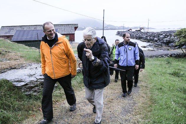 Samferdsleminister Ketil Solvik-Olsen besøkte Kinn fredag kveld. Han fekk god innføring i historia til øya.