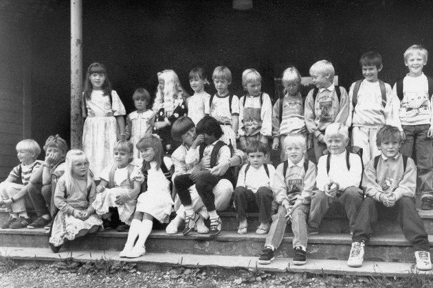 1. klasse ved Krokane skule i august 1990. Her ser du mellom andre Solveig Hareide, Tonje Bøyum Riste, Monica Ryland Førde, Monica Nekkøy, Silje Helene Nordgard, Ørjan Sundal, Ingrid Seljeseth,