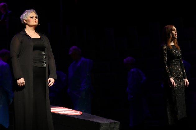 """Opningsnummeret """"Requiem"""", med nydeleg song av Ann Kristin Takle Winterthun og Oda Alisøy."""