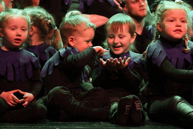 At Torvmyrane inkluderer dei aller minste frå barnehagen, er noko av styrken ved framsyningane deira. Desse to stortrivdes på scenen.