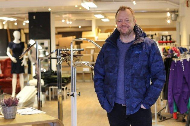 Bengt Solheim-Olsen og Therese Svortevik er i full gang med å pusse opp lokala til nyopninga av Sko Olsen 8. mars.