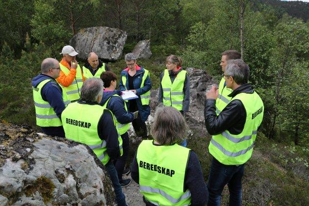 Formannskapet i alarm-mundur ute på synfaring i kommunesenteret i Svelgen i ei vanskeleg  industriutbyggingssak.