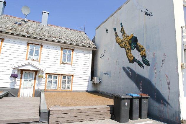 Gatekunstartisten Muga OnAir sitt andre «veggverk» i Florø.