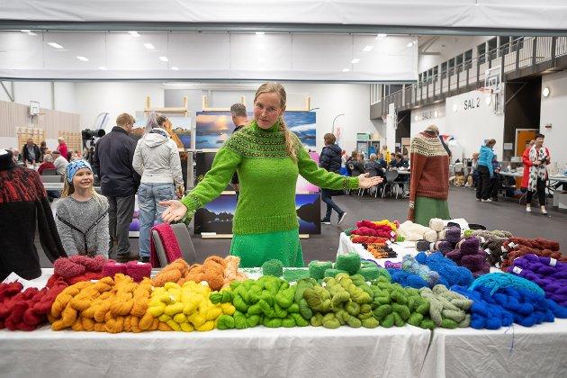 Utstillarar og besøkande på marknadsutstillingane under Eikefjorddagane 2018