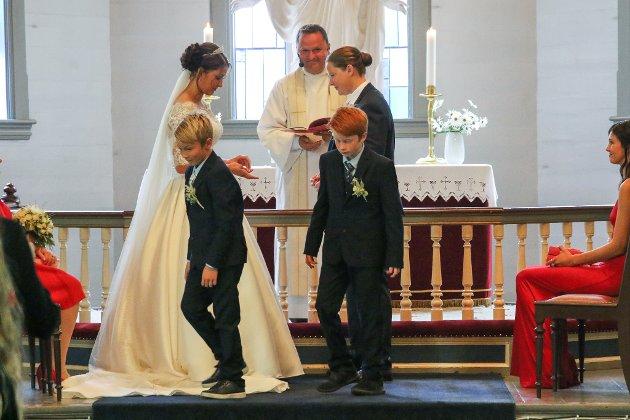 Det første likekjønna bryllupet i Florø kyrkje, Marit Ødejord (26) og Alette Zakariassen Karstensen (27)