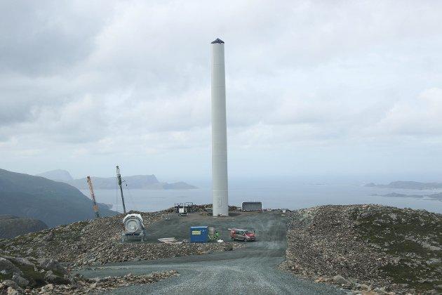 KJEMPAR: Sunnfjordingar og ytresogningar har organisert seg i foreininga MSYS og slåst no mot vindkraftutbyggingar i deira fjell. Her frå reisinga av turbinane på Hennøy Vindkraft sitt anlegg.
