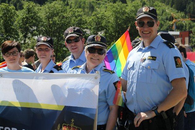 I alt 12 tilsette ved florøpolitiet var med i Pride-paraden. Mellom dei stasjonssjef Wenke Hope (framme).