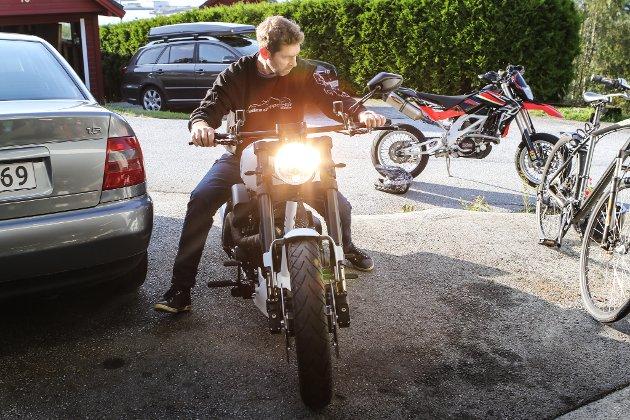 MC-BYGGJAR: Geir Odin Nes bygger motorsyklar heime i garasjen i Botnaholten. Her er han på den kvite Harley Davidsonen som har har bygd.