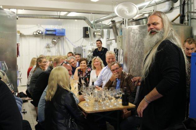 Gin-smaking med sjølvaste Stig Bareksten på Vesle Kinn. Større reportasje om Bareksten kjem på Firdaposten søndag.