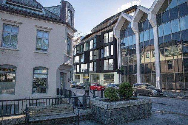 VIKTIG: Arkitektane i Salt er tydeleg på at Strandgata 56 er eit viktig og synleg bygg i Florø sentrum. Her sett i frå platået over Torget.