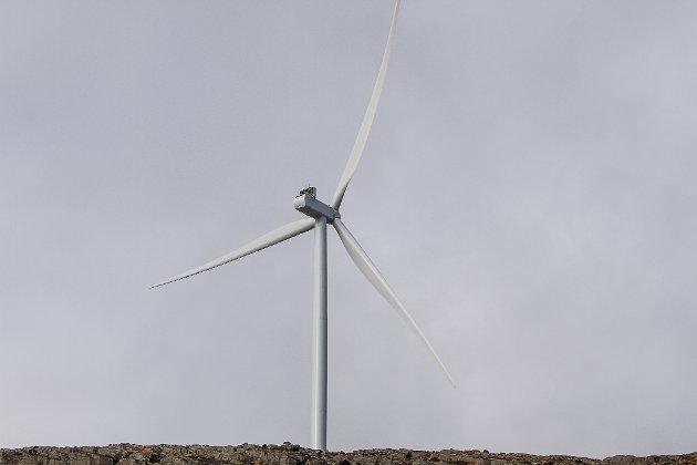 Vindmølla T1 som ein først får auge på når ein kjem køyrande frå Florø mot Magnhildskaret.