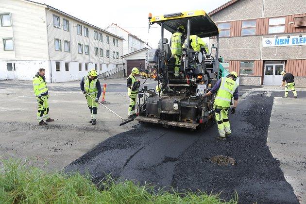 LEGGING: Måndag 26. oktober var to asfaltlag og i alt 20 personar i sving med å legge ut 200 tonn asfalt på Evja i Florø. Her har dei skore ut gammal asfalt og fyller i for å avrette det gamle dekket.