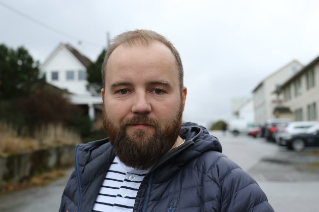 TIL BORDS: Jón Valur Ólafsson ber om at varaordførar Sidsel Kongsvik blir plassert ved ordtyrarbordet saman med ordføraren under kommunestyremøta.