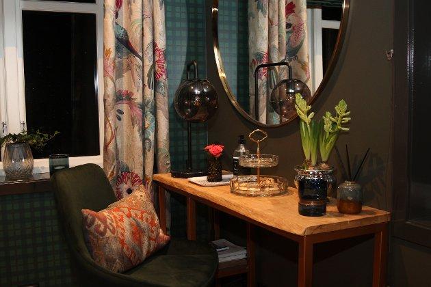 Ingenting er overlate til tilfeldigheitene på dei 16 romma i Sjøholt-huset. Interiørarkitekt Gunvor Røkholt har skapt lune og innbydande rom med varme fargar.