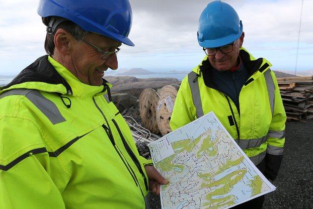 KARTET: Trygve Riste og Jan Arne Holm med kartet over vindkraftanlegget.