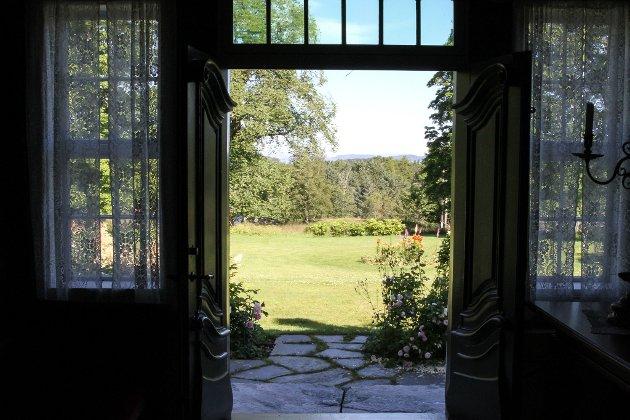 Dei doble dørene ut til hagen er vakre, men kan likevel ikkje konkurrere med utsikta.