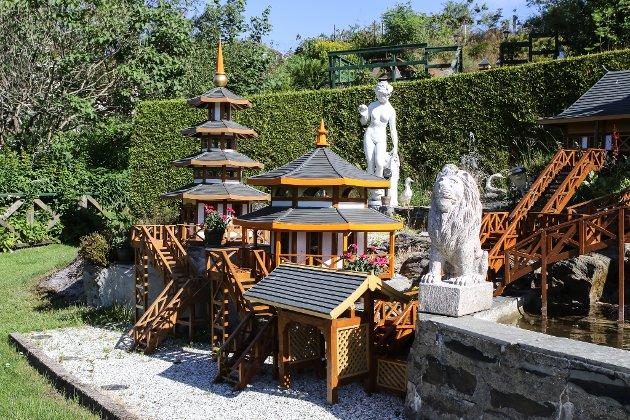 TEMPEL: I den nedre delen av hagen har Arne bygd eit lite japanskinspirert buddhisttempel med fontene og buddhastatue, og seks bygningar.