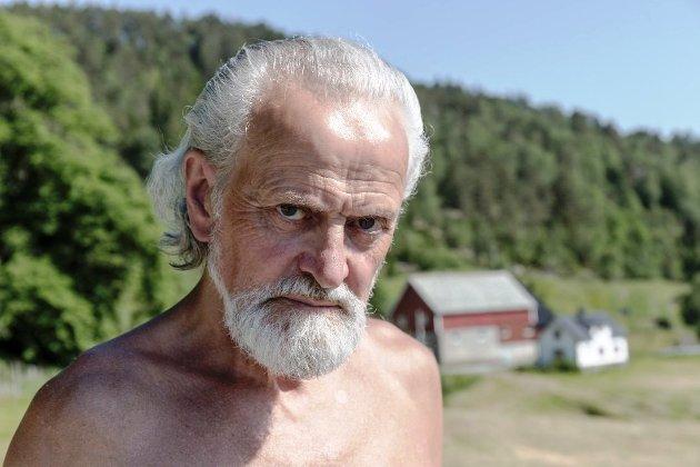 MEINER KINN BRYT LOVA: Småbrukar Torleik Stegane i Eikefjord meiner Kinn kommune er slepphendte med å overhalde bu- og driveplikta.