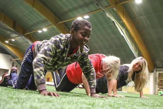 SIRKELTRENING: Zackarias (11) og Amalie (11) gjer pushups, før det er vidare med neste aktivitet i gruppa dei tilhøyrer.