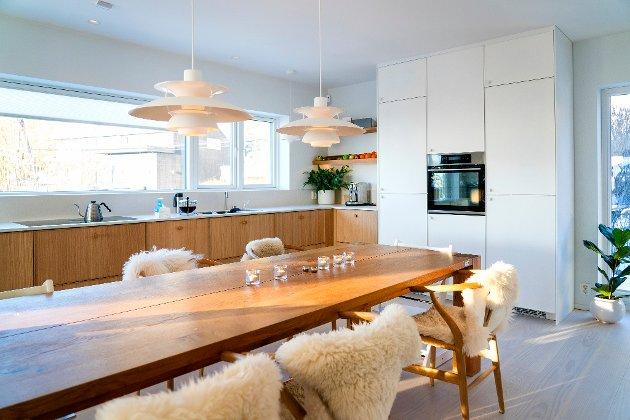 BORDPLASS: Parene ønsket seg en åpen stue- og kjøkkenløsning med god plass til å samle familie og venner.  Foto: Gorm Kallestad / NTB Tema