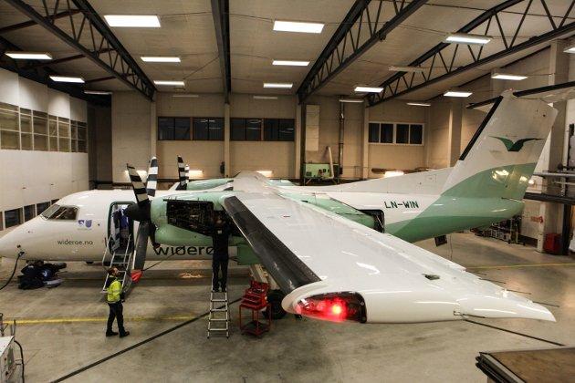 DASH 8-103: Med vingespenn på 25,9 meter ruver flyet godt i hangaren.