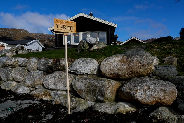 TURSTI: Dette skilter signaliserer at allemannsretten gjeld i strandsona på Blåhella.