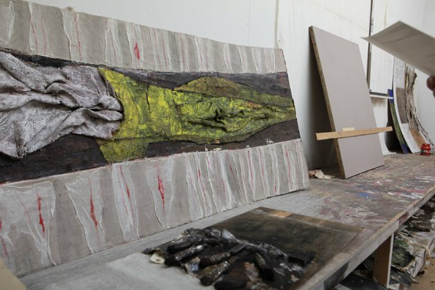 Henrik Emhjellen har skrive hovudoppgåve om kunstnaren Bjørn Hegranes. Her er ei føring til Hegranes si pågåande utstilling på Kystmuséet.