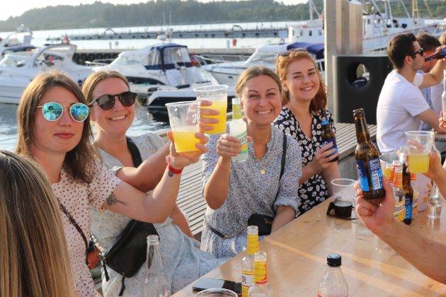 Årets varmaste dag lokka fleire til sjøkanten for god musikk og leskande drikke.